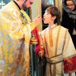 Sfanta Liturghie - Impartasirea copiilor