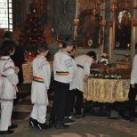 Copii cinstind moastele Sfintei Ecaterina